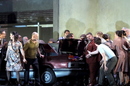 Cavalleria-RisticanaDIMITRI-PLATANIAS-AS-ALFIO-WITH-MEMBERS-OF-THE-ROYAL-OPERA-CHORUS